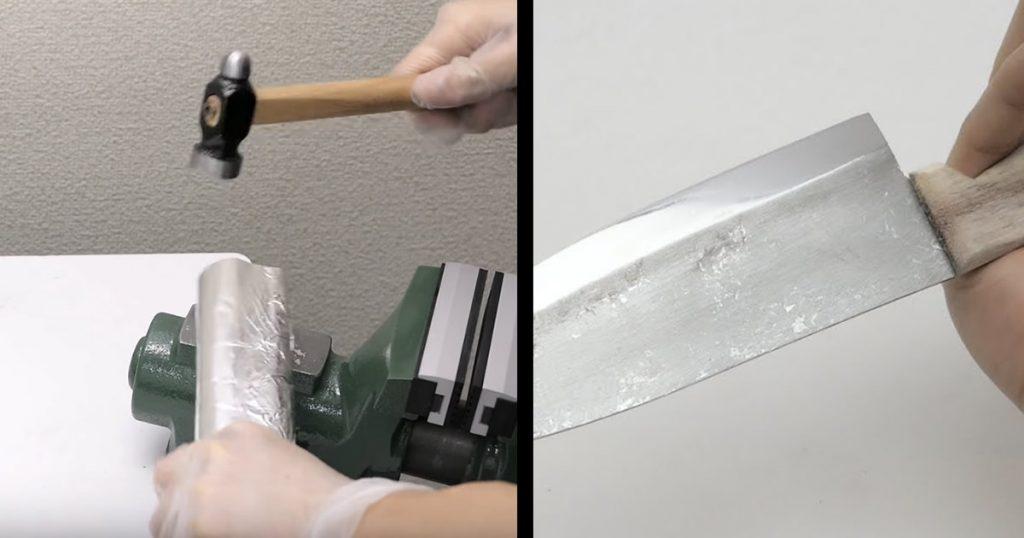 普通のアルミホイルを金槌で叩いて包丁を作り出す動画がスゴい!