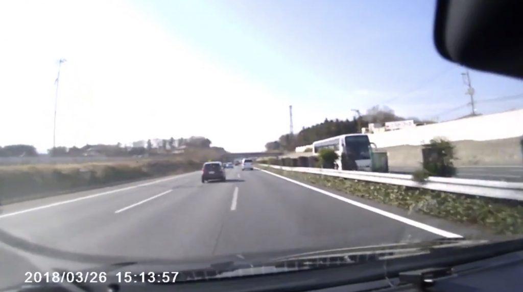 【関越道】高速で前方の車が次々車線変更。数秒後その理由を知って背筋が凍る
