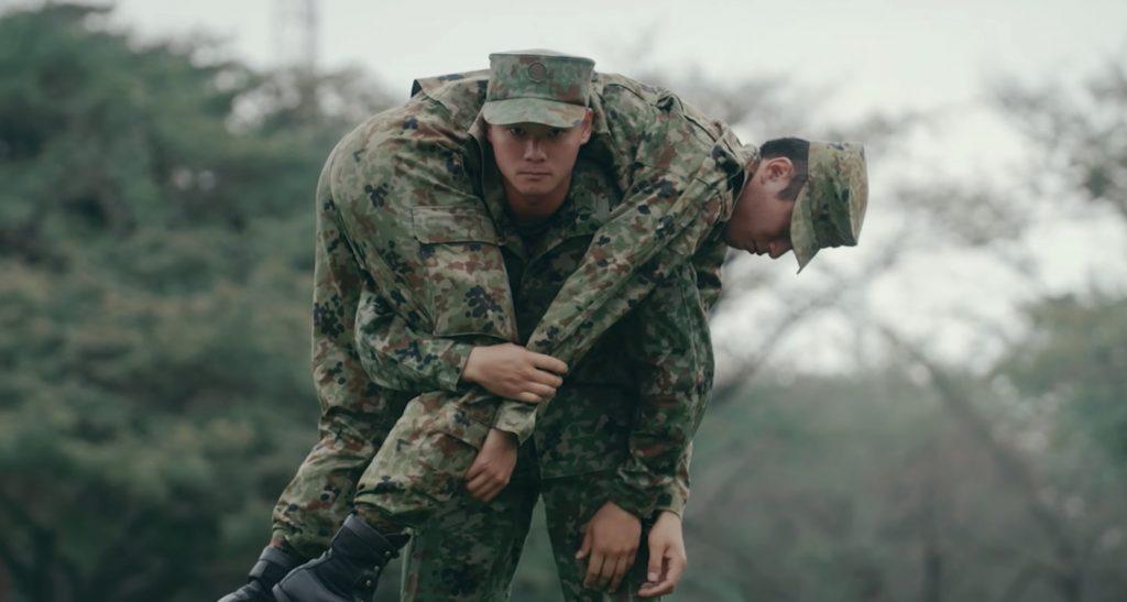 自衛隊による「けが人の運び方」動画が公開! 大事なのによく考えたら知らなかった