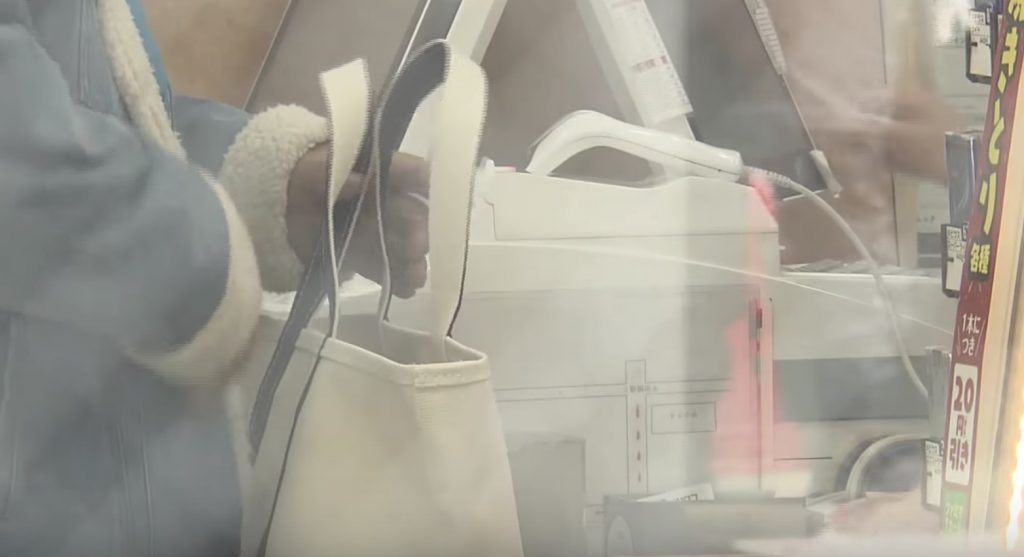 【日本】強盗が来たものの無視して仕事を続けた女性店員(24)が話題に!後で防犯カメラを見た店長が驚いて通報