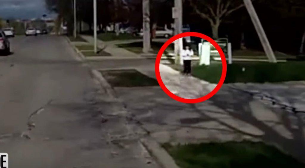 よく気付けたなぁ。バスの女性運転手が、路上を歩く少女を不審に思い声をかけたらビンゴだった!