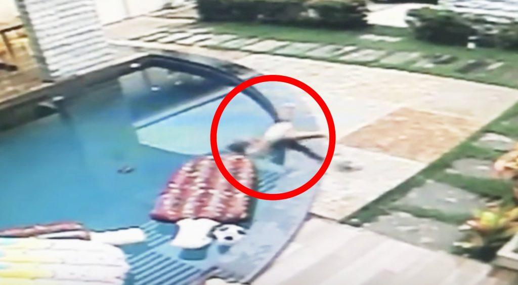 プールに落ちてしまった赤ちゃん。その瞬間「小さなスーパーマン」がすっ飛んできた!