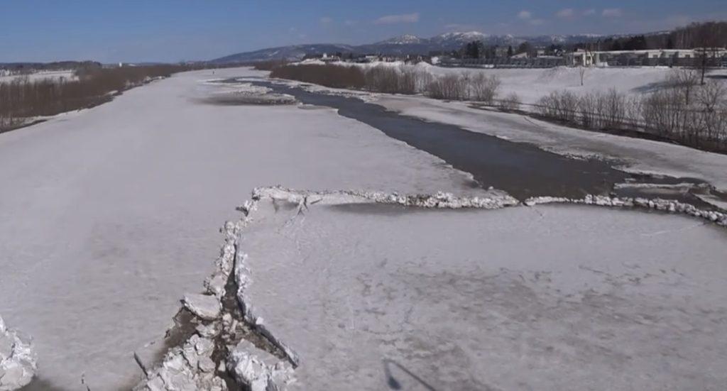 【北海道】川の氷が解けて流れ出す映像がスゴいと話題に!【大自然】