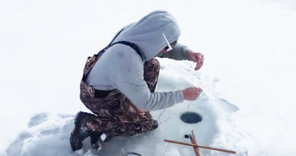 魚じゃないのが釣れた!氷上で穴釣りをしていたら釣れてしまったものにびっくり!