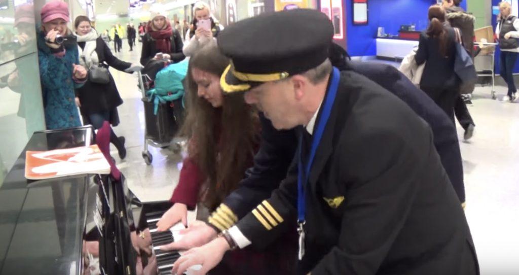 女学生が空港でピアノを弾いていると、通りかかったパイロットが乱入!拍手喝采のラストに!