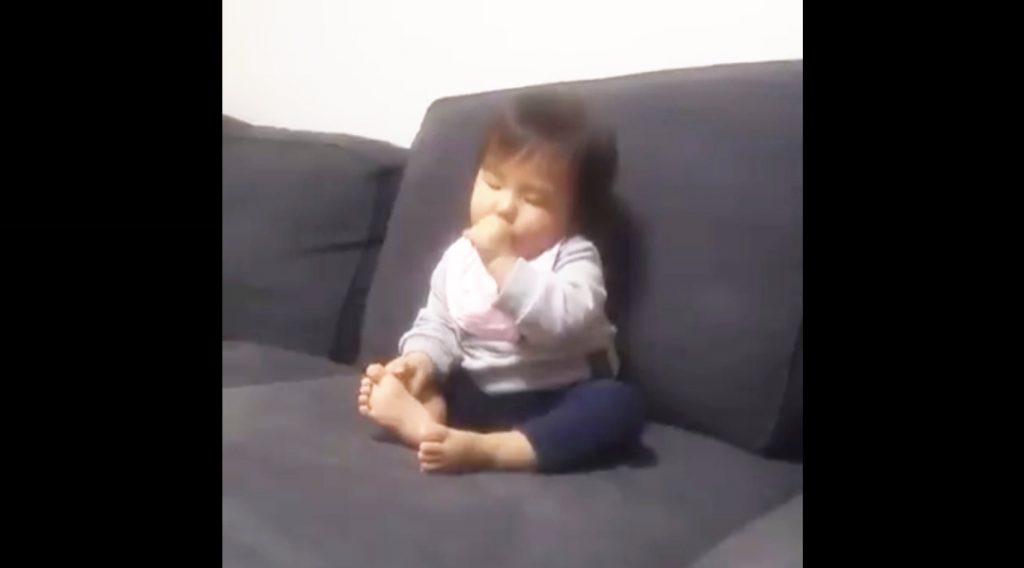 今にも眠りそうな赤ちゃんを見た犬の行動が「やさしい」と話題に!