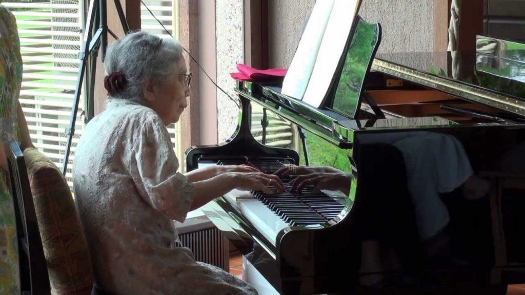 老人ホームでの85歳のおばあさんの超絶ピアノ演奏に驚き!ゆっくり演奏すると思いきや、滑らかで深みのある演奏!