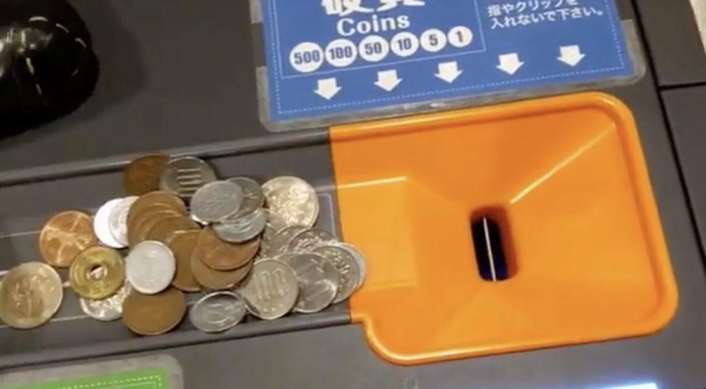 これは知らなかった!スーパーのセルフレジに貯まりすぎた小銭を入れると「逆両替」してくれる!