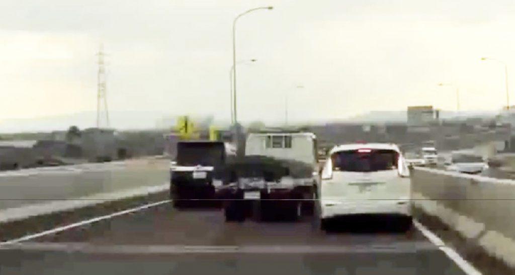 【愛知】超無謀な割り込み運転をするトラック。割り込まれた車は壁にぶつかり危ないことに