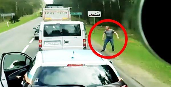「拾って来い!」車からゴミを捨てまくる運転手にトラック運転手が激怒!ゴミを拾いに行かせる!