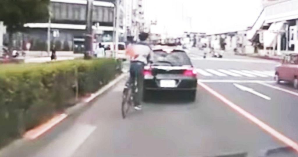 車間を詰めすぎていた自転車が、前輪ロックで転倒してしまう!