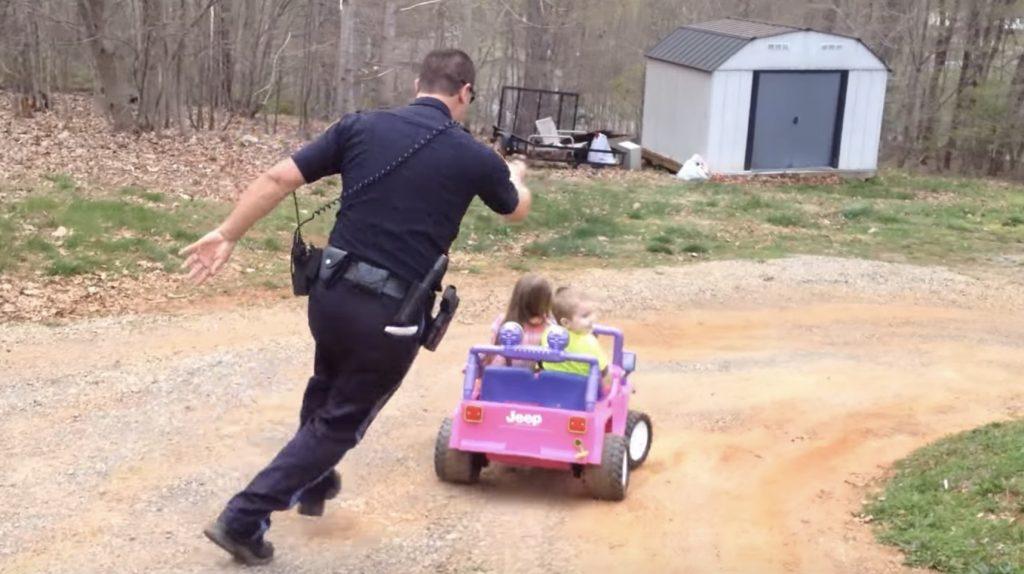 警察の職務質問を振り切って暴走する極悪カップル!