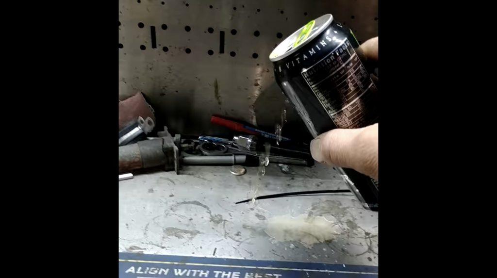 ブレーキクリーナーで落ちなかった汚れが、エナジードリンクでピカピカになる映像が話題に!
