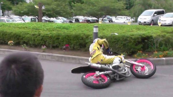 【神技】「倒れてるのに走ってる!」バイクの凄すぎるドリフト映像に鳥肌!