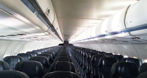 上空で飛行機の窓ガラスが割れた機内の不思議な光景に驚き!