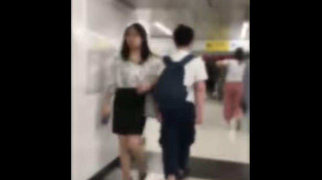 新宿駅で次々と女性だけにわざとタックルしていく男が撮影され批判が集まる!