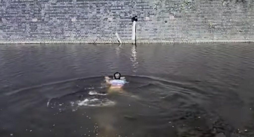 猫を救うため、濁った川に躊躇なく飛び込んだ男性!