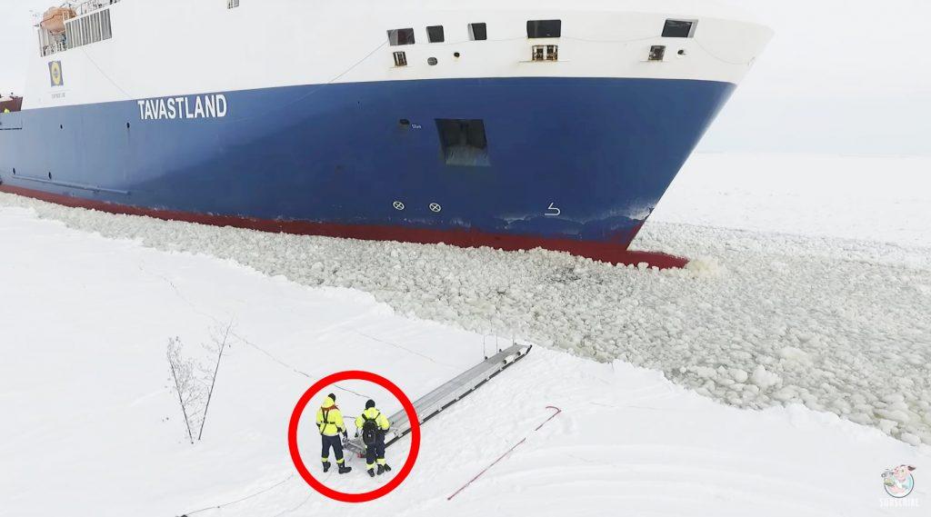 航行中の大型船に乗る方法がスゴい!でもかなり危険な気がする。。