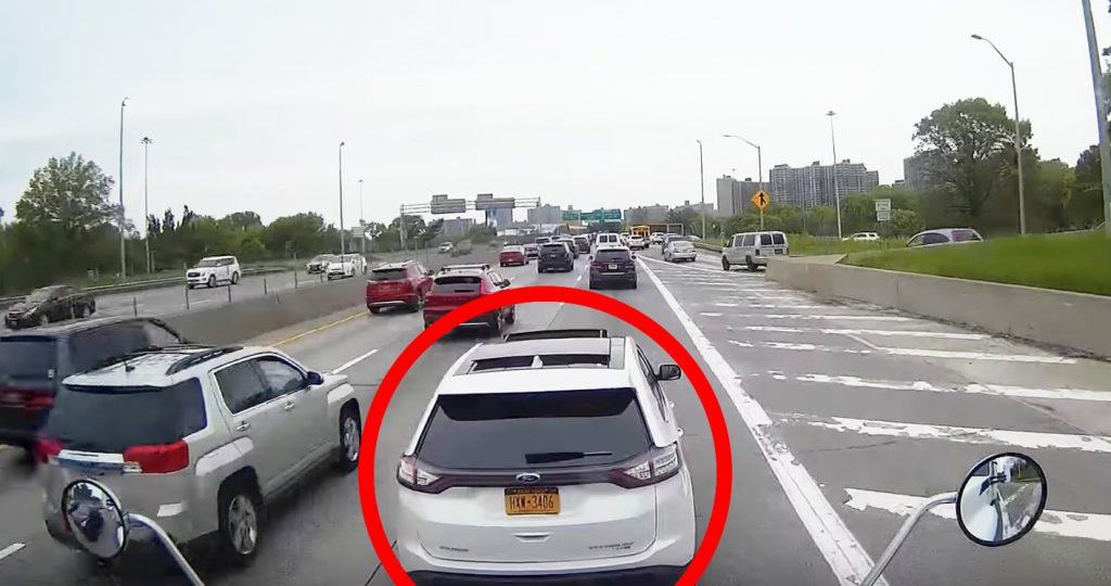 車線変更しても強引に割り込み、急ブレーキでしつこく進路妨害する女性。ついにトラック運転手もブチ切れ!「良い仕事だ」の声が集まる