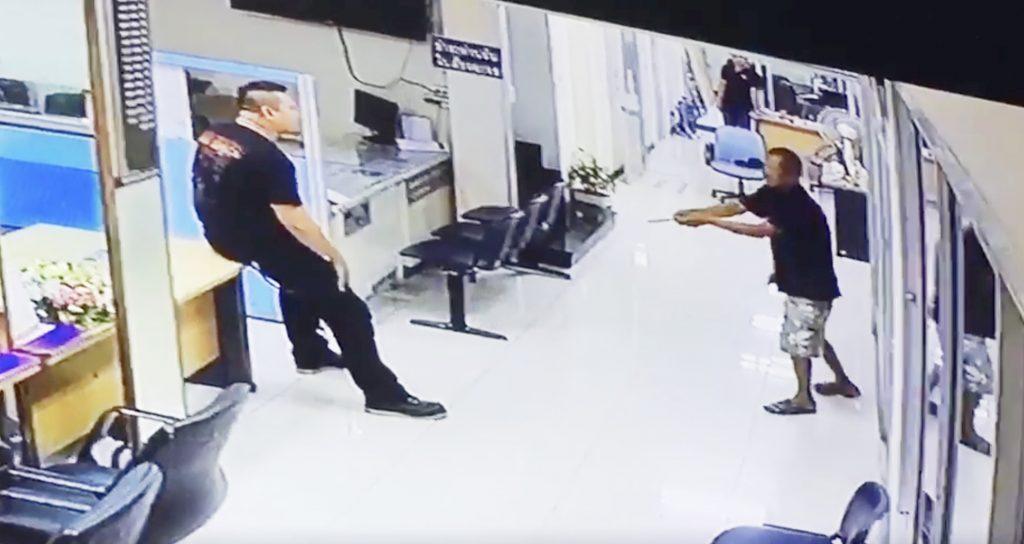 ナイフを持った男性。一人の警察官の心温まる対応にナイフの男も涙する