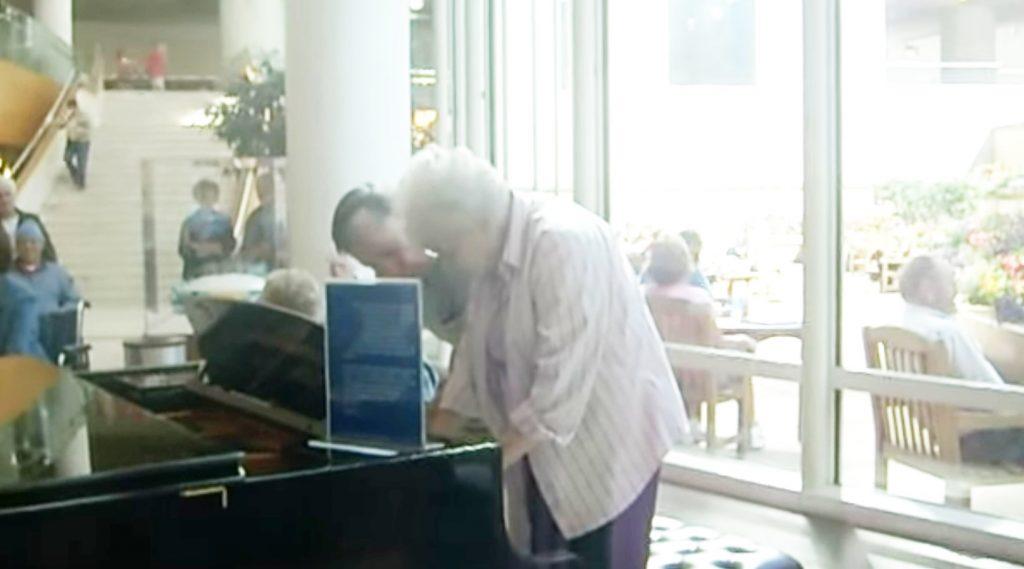 「愛でピアノを奏でてる」病院での老夫婦の超絶即興演奏に患者たちも拍手喝采!