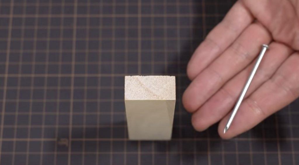 大工さん直伝の、たった一本の釘と小さな木片だけで栓抜きを作る方法!発想が素晴らしい!