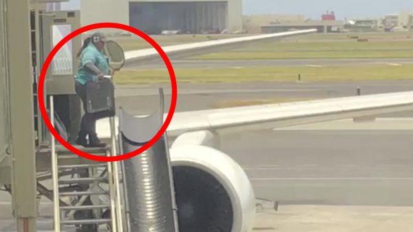 スーツケースを高所から放り投げる空港職員に、さすがの外国人も激怒!「私の荷物が壊れた原因が分かった」