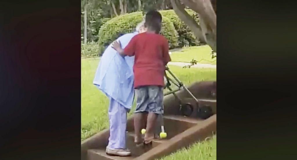 知らないお婆さんが階段を登ろうとしているのを見た8歳の少年が「助けて良い?」。地元の人が一部始終を撮影し絶賛される!