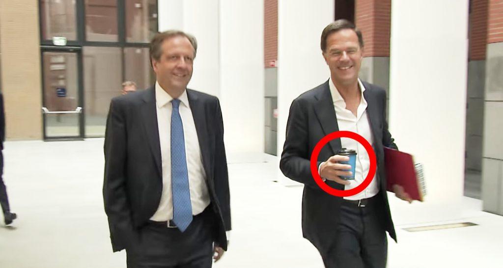 オランダ首相が床にコーヒーをぶちまけるも、その後の対応が絶賛される!