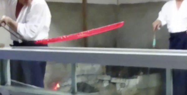 「刀が産まれる瞬間」を収めた映像が話題に!水につけた瞬間、みるみる反って刀の形になる様子がスゴい!