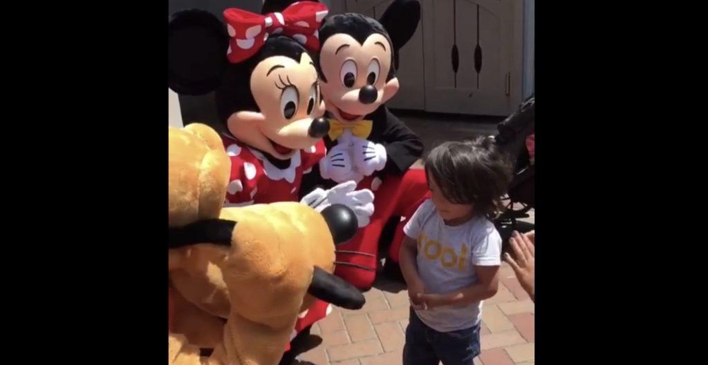 【神対応】遊びに来た少年が聴覚障害者だと気づいたミッキーとミニー。その後の対応が世界中で大絶賛される!