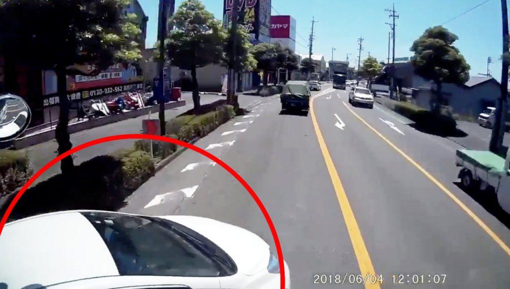 左折レーンを左折したはずの車が目の前に!ぶつかったトラックに同情の声「これはしょうがない」