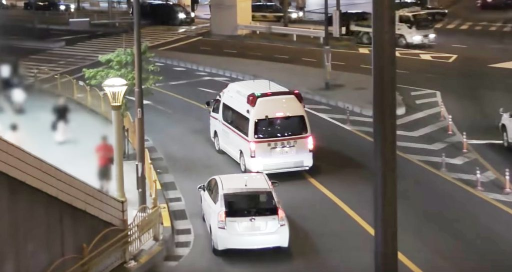 救急車をアオる自己中心的すぎるドライバーに批判が集まる!「常識が無さすぎる」