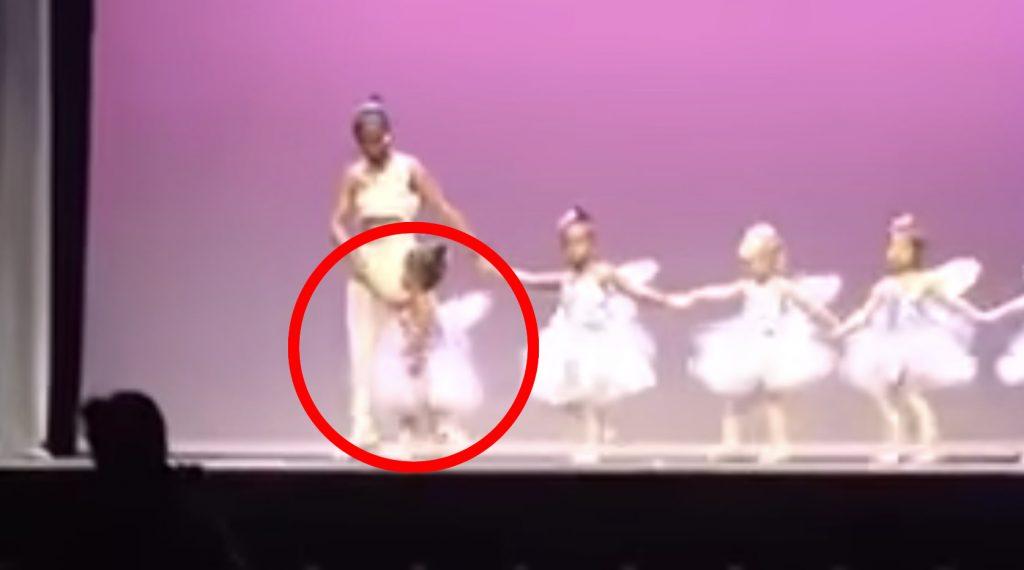 発表会の舞台で大泣きしてしまった少女。それを見たパパの行動が素敵だと話題に!