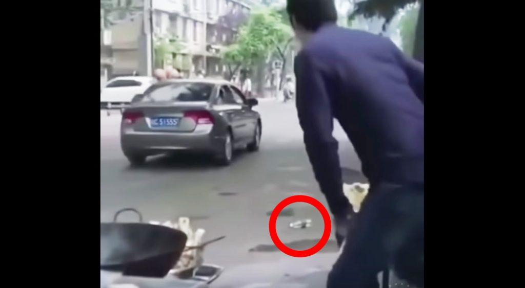 車の窓からのポイ捨てを見かけた男性。ナイスシュートで車の窓にゴールを決める!