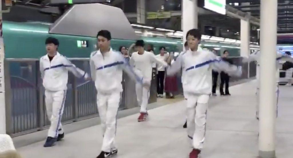 新幹線の運転見合せで、疲れている人々のため新体操部の高校生たちがパフォーマンスし絶賛される!