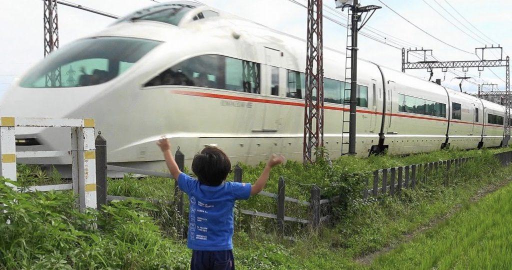 【神対応】電車に思い切り手を振る少年。運転手さんたちの「粋な対応」に癒される!