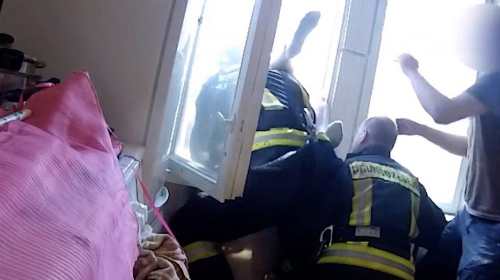 4階から飛び降りた女性を、素手でキャッチした消防士がスーパーマンだと話題に!