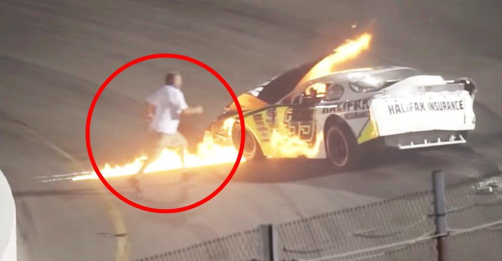 レースでクラッシュし炎上してしまった車。真っ先に駆けつけた父親が話題に!