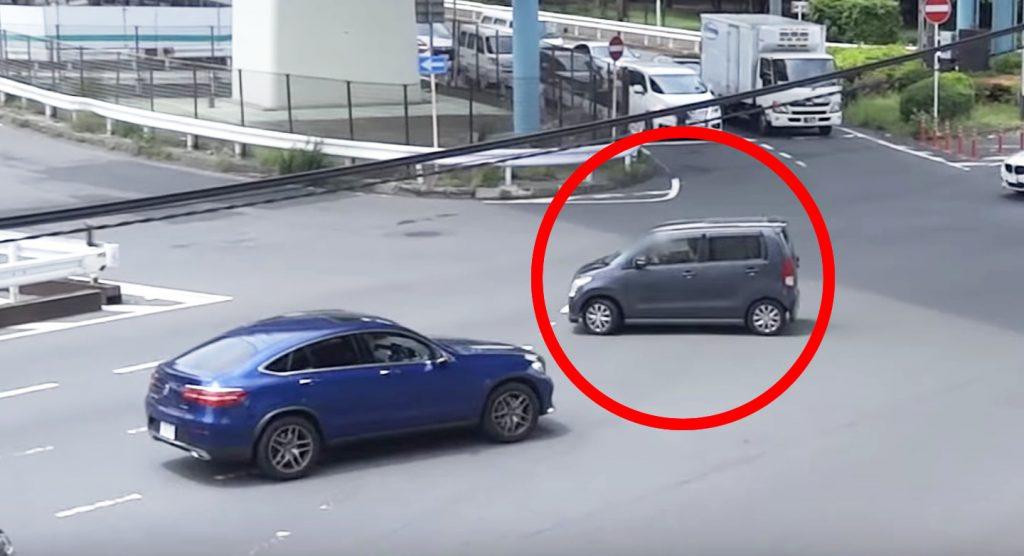 免許即剥奪レベルの自己中運転の高齢ドライバー。しかし白バイ隊員はしっかり見ていた!
