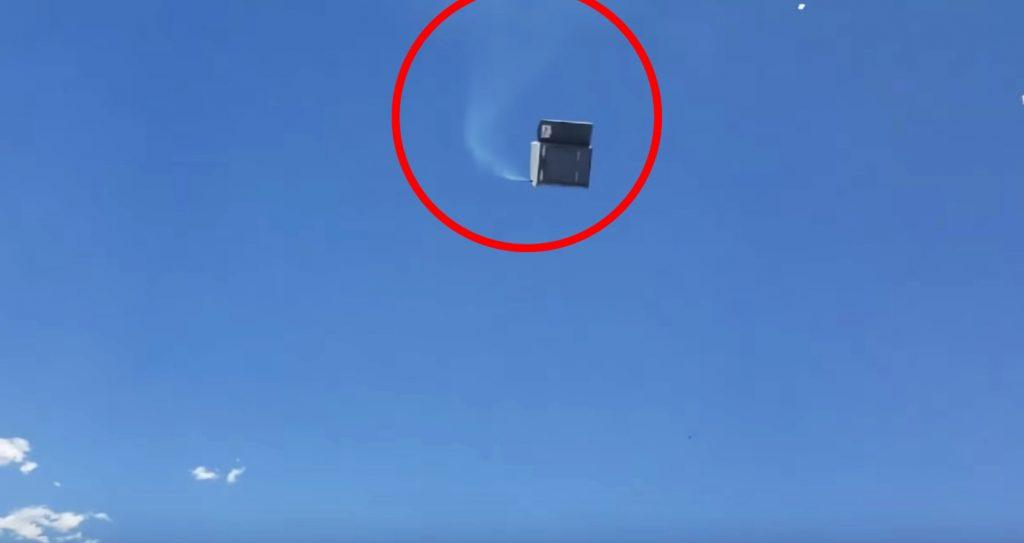 突風でトイレが空中に飛ばされヤバいことに!これは色々な意味で恐ろしい