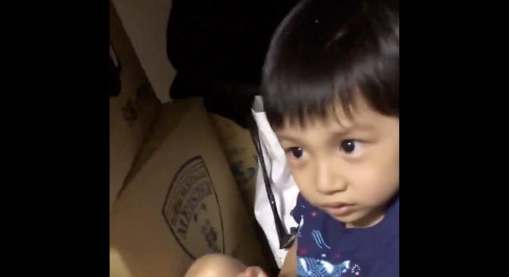 【鳥肌】部屋の中にいる「何者か」に怯える少年の動画が怖すぎると話題に!「マジで怖い」「3歳までは誰でも見える」