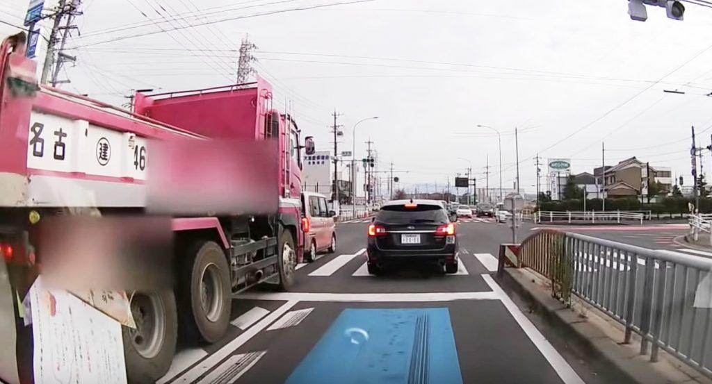 救急車が来ているから停止したのに、クラクションを鳴らして進もうとするトラックが酷い!
