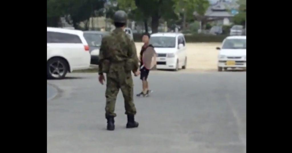 熊本の被災地の小学校で、少年とバトミントンをする自衛隊員の映像に心温まる!