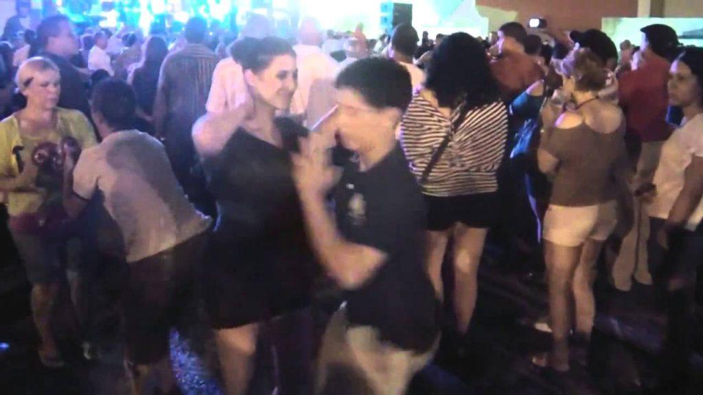 14歳の少年がプロの女性ダンサーにダンスを申し入れる!「かっこいい!」「自然と笑顔になってしまう」の声