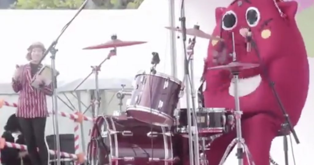 ゆるキャラ「にゃんごすたー」が超絶ドラム演奏するアンパンマンが「ゴリゴリすぎる」と話題に!