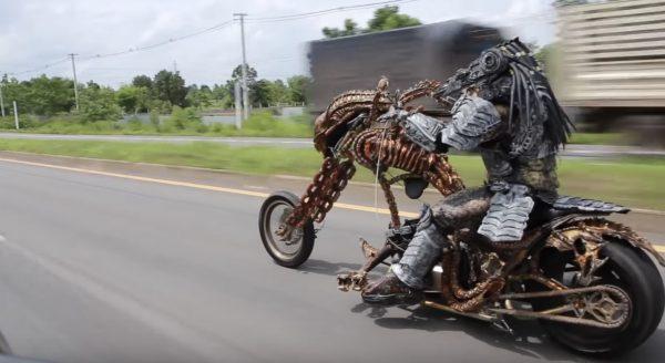 エイリアンバイクに乗るプレデターが目撃され話題に!クオリティ高すぎ!