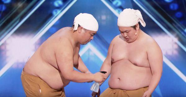アメリカのオーディション番組に登場した日本のお笑いコンビ「ゆんぼだんぷ」。最初は渋い顔をしていた審査員も、芸が始まると大爆笑!
