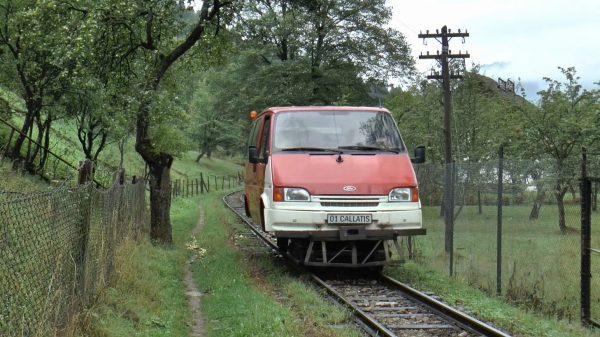 ミニバンを改造した可愛い車両がレールを走る、ルーマニア山奥の鉄道が素敵!