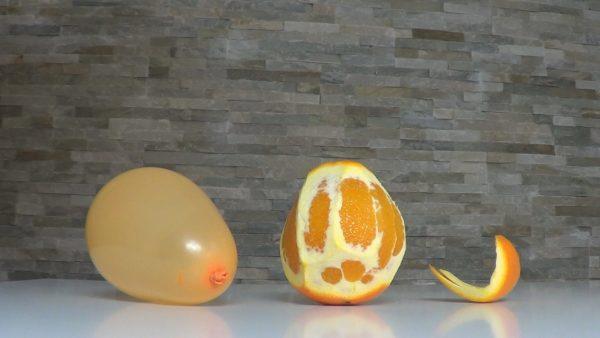 オレンジの皮の汁をゴム風船にかけたら、思いもよらぬ結果になって驚き!過去には事故も起きる